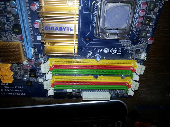 Das Mainboard mit den farbigen RAM Slots - (Mainboard, RAM, Arbeitsspeicher)